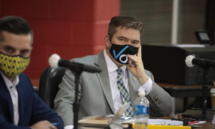 El secretario del condado de Milwaukee, George Christenson, escucha el recuento de las boletas, en Milwaukee, Wisconsin, el 20 de noviembre de 2020 (Scott Olson / Getty Images).