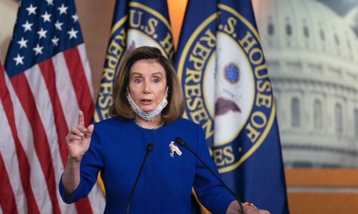 La presidente de la Cámara de Representantes, Nancy Pelosi (D-Calif.), habla con la prensa en el Capitolio de los Estados Unidos, en Washington, el 23 de septiembre de 2020. (Alex Edelman/AFP a través de Getty Images)