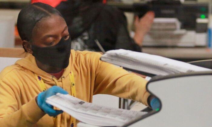 Una empleada procesa las boletas electorales en el Departamento de Elecciones del Condado de Clark en North Las Vegas el 5 de noviembre de 2020. (Ronda Churchill/AFP vía Getty Images)