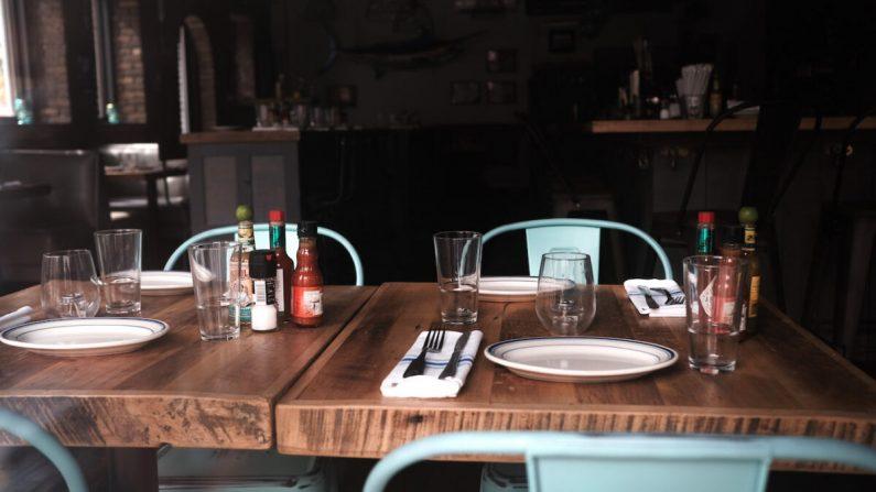 Una mesa vacía en un restaurante cerrado en Manhattan en la ciudad de Nueva York, el 31 de agosto de 2020. (Spencer Platt/Getty Images)
