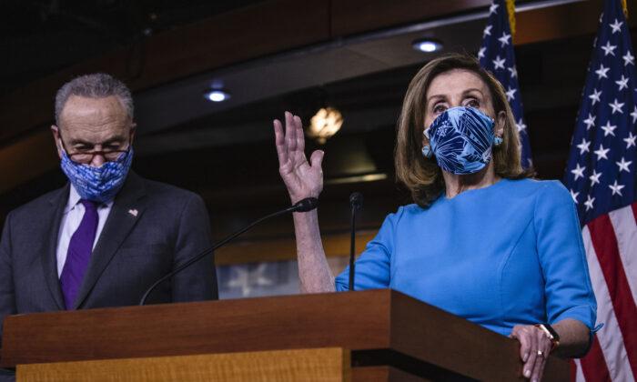 La presidenta de la Cámara de Representantes, Nancy Pelosi (D-Calif.) habla junto al líder de la minoría del Senado, Chuck Schumer (D-N.Y.)  durante una conferencia de prensa conjunta en el Capitolio de EE. UU. en Washington, el 12 de noviembre de 2020. (Samuel Corum/Getty Images)