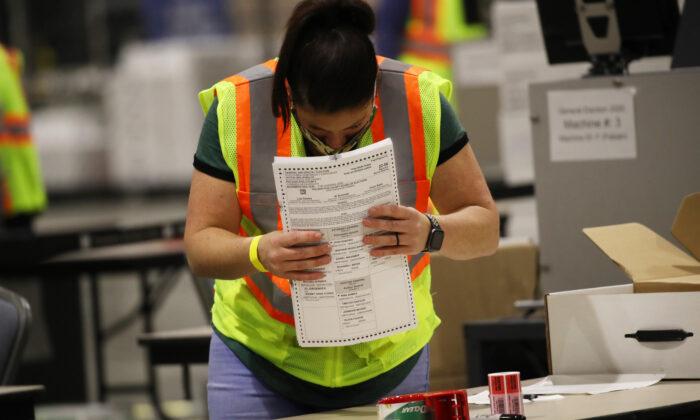 Varios trabajadores electorales cuentan las boletas de los votantes en Filadelfia, Pensilvania, el 4 de noviembre de 2020. (Spencer Platt/Getty Images)