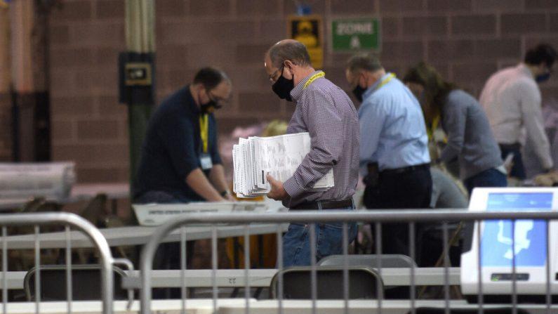 Varios empleados del Condado de Allegheny organizan las boletas en un almacén de Pittsburgh (Pensilvania) el 7 de noviembre de 2020. (Jeff Swensen/Getty Images)