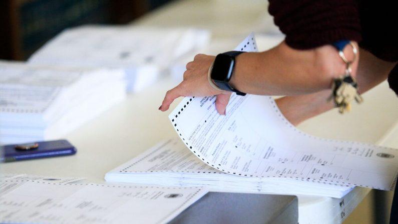 Los trabajadores electorales comenzaron a procesar las boletas en el juzgado del condado de Northampton en Easton, Pensilvania, el 3 de noviembre de 2020. (Kena Betancur/AFP a través de Getty Images)