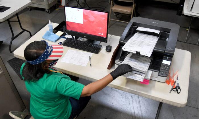 Una empleada del Condado de Clark escanea boletas de voto por correo en el Departamento de Elecciones del Condado de Clark en North Las Vegas, Nevada, el 7 de noviembre de 2020. (Ethan Miller/Getty Images)