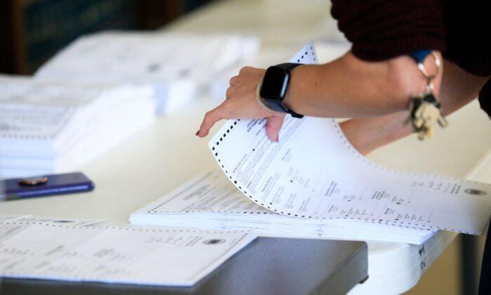 Trabajadores electorales comenzaron a procesar las boletas en la Corte del Condado de Northampton en Easton, Pennsylvania, el 3 de noviembre de 2020. (Kena Betancur/AFP vía Getty Images)
