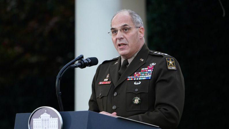 """El general Gustave Perna presenta una actualización de la """"Operación Warp Speed"""" en el Jardín de Rosas de la Casa Blanca en Washington, DC el 13 de noviembre de 2020. (MANDEL NGAN/AFP vía Getty Images)"""