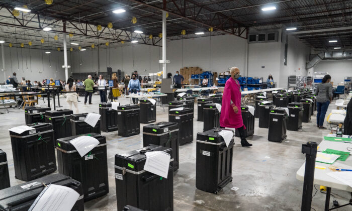 Empleados del Condado de Gwinnett revisan las boletas durante el recuento de las elecciones presidenciales de 2020 en el edificio Beauty P. Baldwin del Registro de Votantes y Elecciones en Lawrenceville, Georgia, el 16 de noviembre de 2020. (Megan Varner/Getty Images)