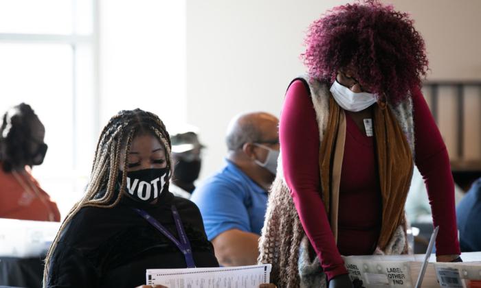 Trabajadoras del Condado de Fulton siguen contando las boletas de voto ausente en el State Farm Arena el 6 de noviembre de 2020 en Atlanta, Georgia. El margen entre el presidente Donald Trump y el candidato demócrata Joe Biden sigue siendo demasiado estrecho en varios estados, incluido Georgia. (Jessica McGowan/Getty Images)