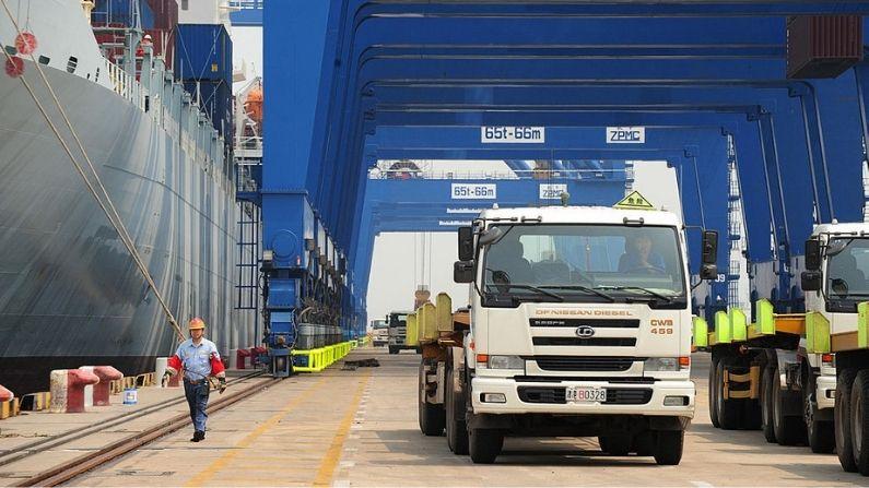 Camiones portacontenedores esperan en fila para los contenedores que son descargados de un buque de carga en el puerto de Tianjin el 26 de junio de 2008 en Tianjin, 170 km al sudeste de Beijing.  (FREDERIC J. BROWN/AFP a través de Getty Images)