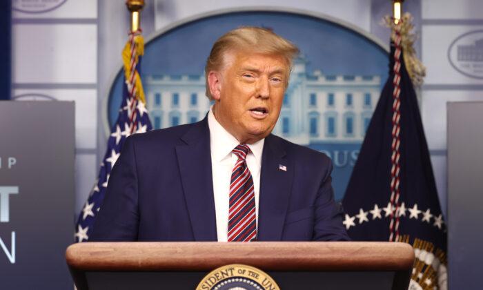 El presidente Donald Trump se dirige a la prensa en la Sala de Prensa de James Brady en la Casa Blanca en Washington el 20 de noviembre de 2020. (Tasos Katopodis/Getty Images)