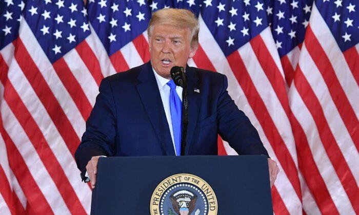El presidente Donald Trump habla en el Salón Este de la Casa Blanca el 4 de noviembre de 2020. (Mandel Ngan/AFP vía Getty Images)