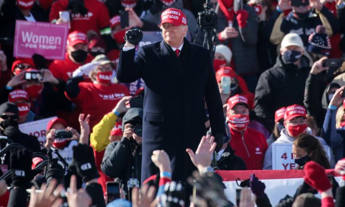 El presidente Donald Trump llega a un rally de campaña en el aeropuerto regional de Dubuque, Iowa, el 1 de noviembre de 2020. (Mario Tama/Getty Images)