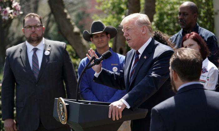 El presidente de Estados Unidos Donald Trump habla durante un evento en el jardín de las rosas en la Casa Blanca en Washington, el 12 de abril de 2018. El presidente Trump hizo comentarios sobre los recortes de impuestos para los trabajadores estadounidenses. (Alex Wong/Getty Images)