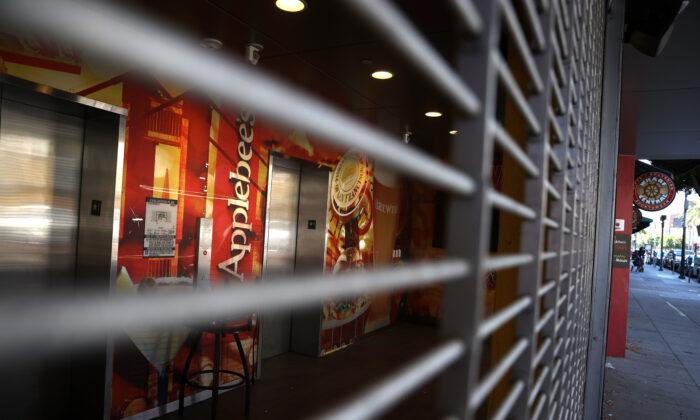 La puerta de seguridad bloquea la entrada de un restaurante cerrado de Applebee's en San Francisco, California, el 13 de agosto de 2020. (Justin Sullivan/Getty Images)