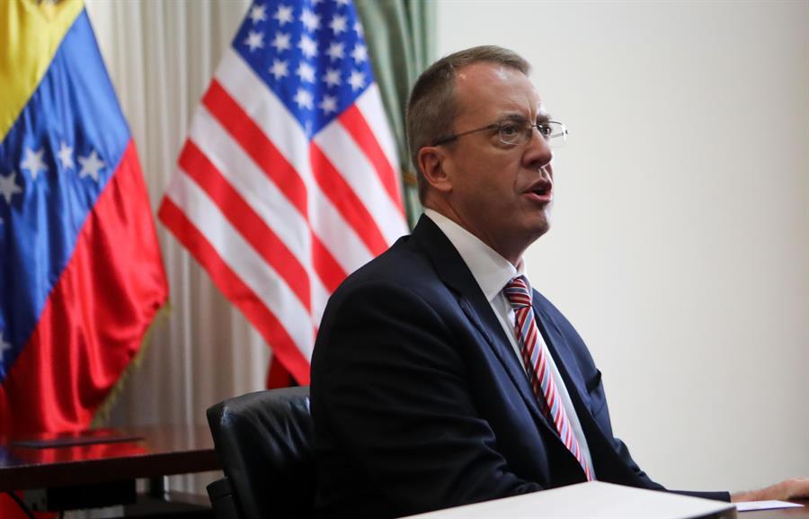 El embajador de Trump ante Venezuela jura el cargo en su oficina de Bogotá