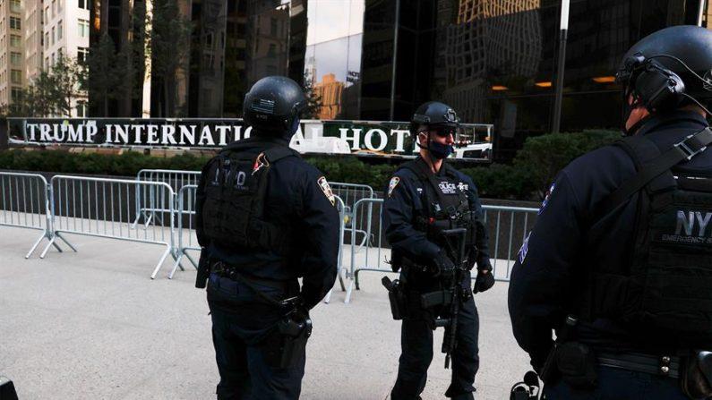 Agentes de la Unidad de Emergencias del Departamento de Policía de Nueva York prestan guardia en las inmediaciones de la Torre Trump y en los edificios adyacentes, en Nueva York. EFE/ Jason Szenes/Archivo