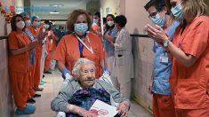 Paciente de 104 años sale de un hospital de Madrid tras superar la covid-19
