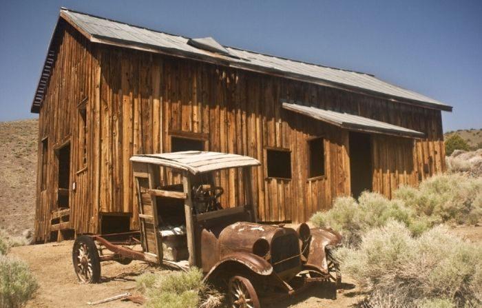 Un camión viejo y un edificio que vivió mejores días caracterizan a la ciudad fantasma de Berlín, Nevada. (Cortesía de James Feliciano/Dreamstime.com)