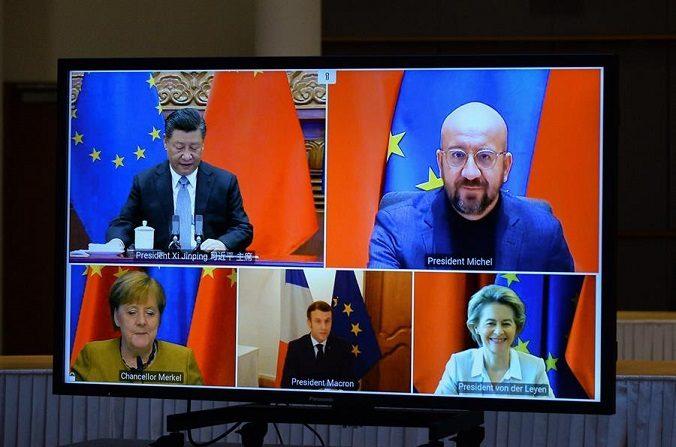 La presidenta de la Comisión Europea, Ursula von der Leyen, el presidente del Consejo Europeo, Charles Michel, la canciller alemana Angela Merkel, el presidente francés Emmanuel Macron y el líder chino Xi Jinping se ven en una pantalla durante una videoconferencia, en Bruselas, el 30 de diciembre de 2020. (EFE/EPA/JOHANNA GERON)