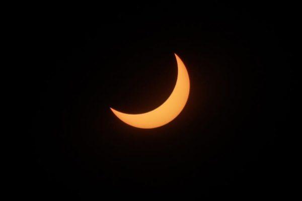 Vista del eclipse solar que cubre el cielo el 14 de diciembre de 2020, en Buenos Aires (Argentina). EFE/ Juan Ignacio Roncoroni