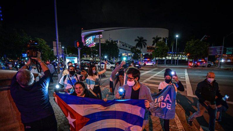 Unas personas parten en procesión hacia una iglesia católica el 11 de diciembre de 2020, al final de un acto de apoyo al Movimiento San Isidro de Cuba celebrado frente a la Torre de la Libertad en Miami, Florida (EE.UU.). EFE/Giorgio Viera