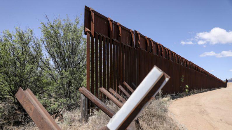 Una mezcla de barrera vehicular de Normandía y una valla fronteriza más alta junto al río San Pedro en la frontera entre EE.UU. y México, cerca de Sierra Vista, Arizona, el 8 de mayo de 2019. (Charlotte Cuthbertson/The Epoch Times)