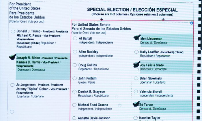 Una boleta escaneada en una pantalla de computadora en la oficina de Elecciones y Registro de Votantes de Gwinnett en Lawrenceville, Georgia, el 8 de noviembre de 2020. (Jessica McGowan/Getty Images)