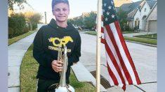Adolescente honra a un marine caído tocando himnos patrióticos afuera de su casa durante dos semanas