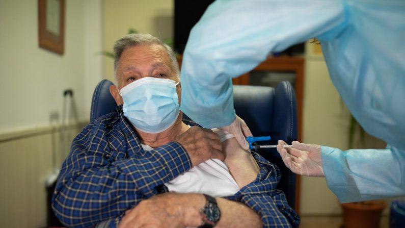 José Bruballa, 86, recibe una de las primeras vacunas COVID-19 de Pfizer/BioNTech en España en el asilo de ancianos de Somontano en Barbastro, España, el 27 de diciembre de 2020. (Alvaro Calvo/Gobierno de Aragón a través de Getty Images)