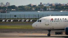 Pasajero de Delta saltó de avión en movimiento con un perro; iba presuntamente a perder el control
