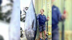 Niño de 10 años captura a un enorme atún de 194 libras en costa de Tasmania, logrando un nuevo récord