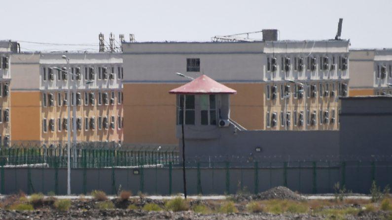 La foto muestra las instalaciones del Centro de Servicios de Formación de Habilidades Vocacionales de la ciudad de Artux, que se cree que es un campo de reeducación en el que están detenidas la mayoría de las minorías étnicas musulmanas, al norte de Kashgar, en la región noroccidental de Xinjiang, China. (GREG BAKER/AFP vía Getty Images)
