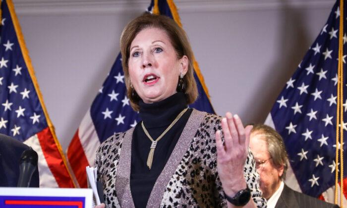 Sidney Powell habla durante una conferencia de prensa en la sede del Comité Nacional Republicano, en Washington, el 19 de noviembre de 2020. (Charlotte Cuthbertson/The Epoch Times)
