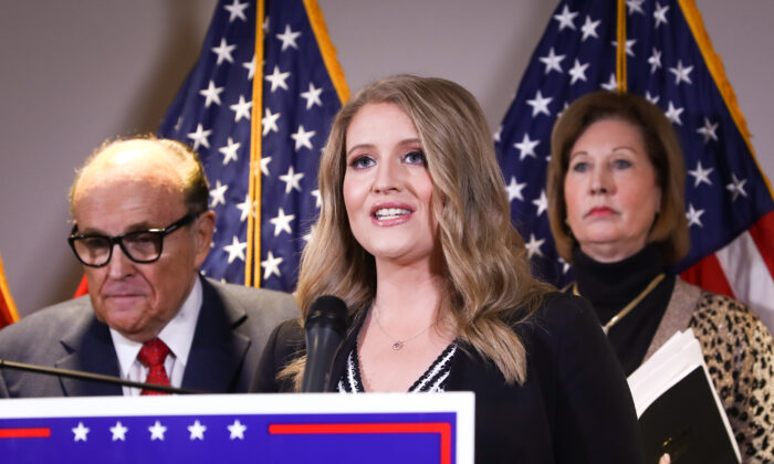 La asesora jurídica de la campaña del presidente Donald Trump, Jenna Ellis, habla con los medios de comunicación en una conferencia de prensa en la sede del Comité Nacional Republicano en Washington, el 19 de noviembre de 2020. (Charlotte Cuthbertson/The Epoch Times)
