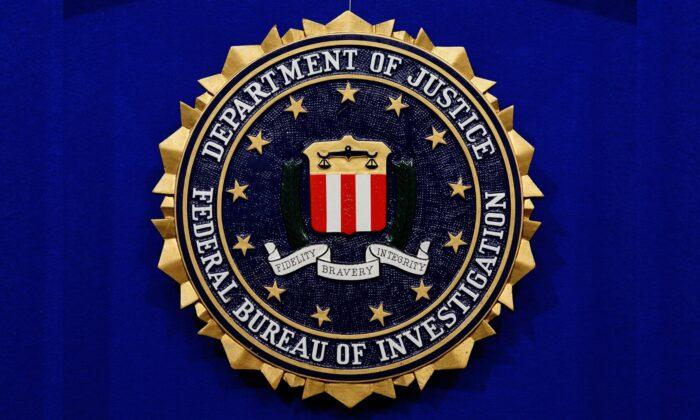 El sello de la Oficina Federal de Investigaciones (FBI) se observa el 17 de junio de 2013 en el Newseum en Washington. (Mandel Ngan/AFP a través de Getty Images)
