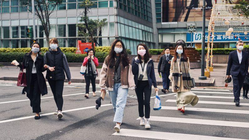 Los peatones con mascarillas cruzan una calle el 02 de diciembre de 2020 en Taipei, Taiwán. (Foto de An Rong Xu / Getty Images)