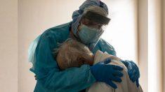 Imagen de un médico consolando a un anciano con COVID-19 llorando en la UCI conmueve al mundo