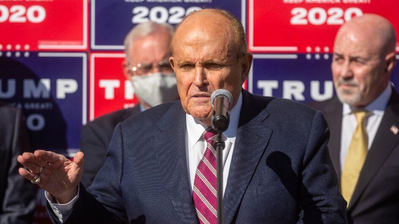 El abogado del presidente, Rudy Giuliani, en una conferencia de prensa en Filadelfia, Pensilvania, el 7 de noviembre de 2020. (Chris McGrath/Getty Images)