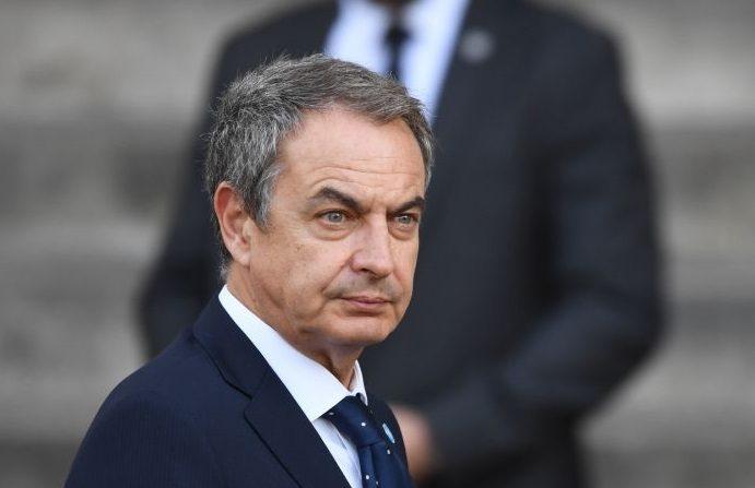 El exprimer ministro español José Luis Rodríguez Zapatero llega para asistir a un servicio religioso para el expresidente francés Jacques Chirac en la iglesia de San Sulpicio en París el 30 de septiembre de 2019. (ERIC FEFERBERG/AFP vía Getty Images)