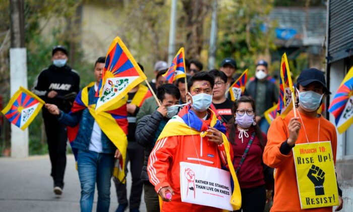 Los tibetanos que viven en el exilio participan el 10 de marzo de 2020, en una marcha de protesta desde McLeod Ganj hacia Dharamshala, India, para conmemorar el 61º aniversario del Día del Levantamiento Tibetano de 1959. (Sajjad Hussain/AFP vía Getty Images)