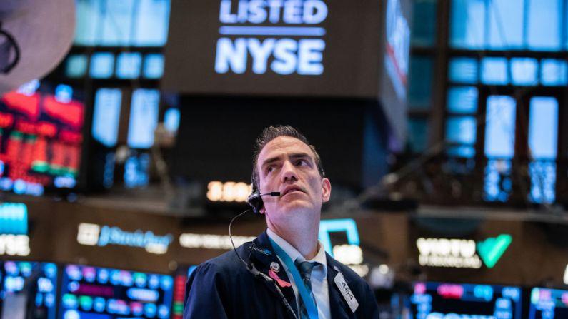 Los comerciantes trabajan en el recinto de la Bolsa de Valores de Nueva York (NYSE), en la ciudad de Nueva York, el 11 de marzo de 2020. (Foto de Jeenah Moon/Getty Images)