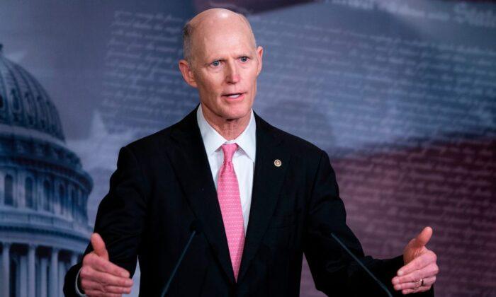 El senador Rick Scott (R-Fla.) durante una conferencia de prensa en el Capitolio de EE.UU. en Washington el 25 de marzo de 2020. (Alex Edelman/AFP vía Getty Images)