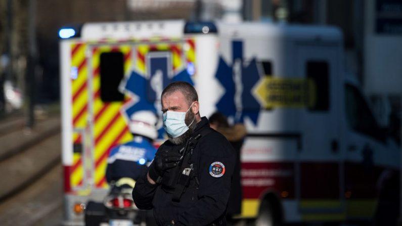 En una foto de archivo, los agentes de policía escoltan una ambulancia Francia. (Loic Venance/AFP vía Getty Images)