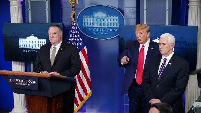 El presidente de Estados Unidos Donald Trump (C), el secretario de Estado Mike Pompeo (I), y el vicepresidente de Estados Unidos Mike Pence, responden a una pregunta durante la sesión informativa diaria sobre el nuevo coronavirus en la Casa Blanca en Washington el 8 de abril de 2020. (Mandel Ngan/AFP vía Getty Images)