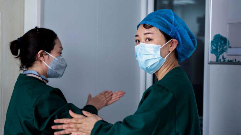 El personal médico está trabajando en pruebas de ácido nucleico como parte de las medidas pandémicas del virus del PCCh, en un centro de servicios de salud en Suifenhe, en la provincia de Heilongjiang, al noreste de China, el 24 de abril de 2020. (STR/AFP a través de Getty Images)