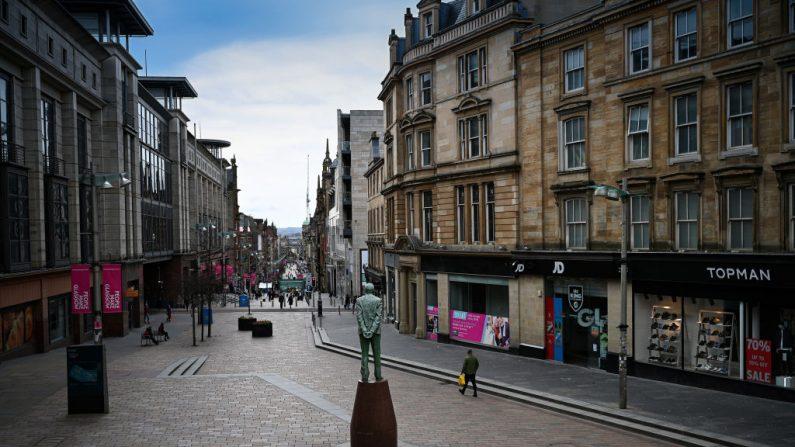 Hombre camina por la calle Buchanan en pleno asilamiento por el virus del PCCh, el 21 de marzo de 2020 en Glasgow, Escocia. (Jeff J Mitchell/Getty Images)