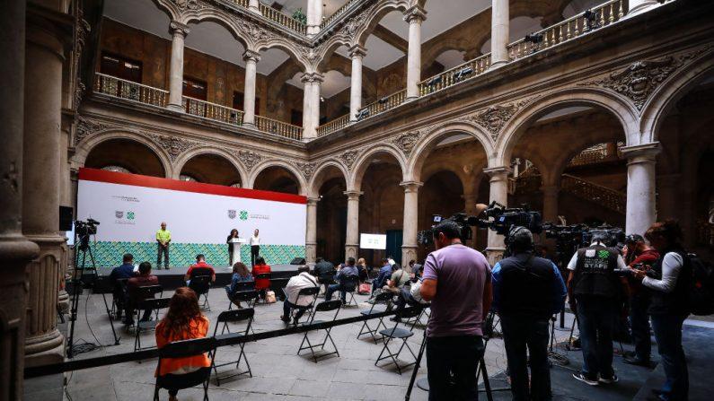 Los miembros de los medios de comunicación que asisten a una conferencia de prensa del alcalde de la Ciudad de México, el 26 de marzo de 2020. (Manuel Velásquez/Getty Images)