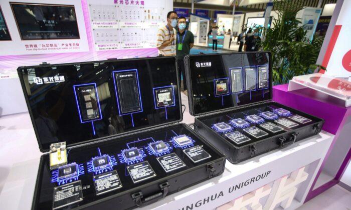 Los chips de Tsinghua Unigroup se ven en la Conferencia Mundial de Semiconductores de 2020 en Nanjing, en la provincia de Jiangsu, en el este de China, el 26 de agosto de 2020. (STR/AFP a través de Getty Images)