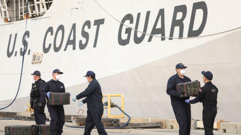 El personal de la Guardia Costera de EE.UU. descarga paquetes de drogas incautadas frente al Cutter Bertholf el 10 de septiembre de 2020 en San Diego, California (EE.UU.). (Foto de SANDY HUFFAKER / AFP a través de Getty Images)